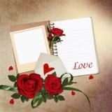 Rose rosse, blocco note, struttura su fondo d'annata Immagine Stock