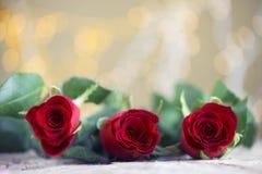 Rose rosse con bello fondo per il giorno del ` s del biglietto di S. Valentino Immagine Stock