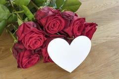 Rose rosse con cuore immagine stock libera da diritti
