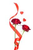 Rose rosse con i cuori per il biglietto di S. Valentino isolato su un backgrou bianco Fotografie Stock