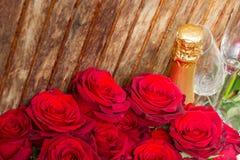 Rose rosse con il collo di champagne Fotografia Stock