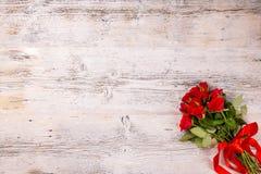 Rose rosse con il nastro fotografia stock