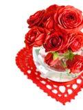 Rose rosse con la foglia verde in un vaso Fotografia Stock
