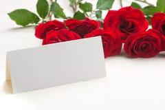 Rose rosse con una nota in bianco Fotografia Stock Libera da Diritti