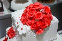 Rose rosse del briciolo della torta nunziale Fotografie Stock Libere da Diritti