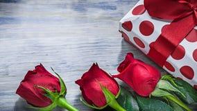 Rose rosse del contenitore di regalo sul concetto di feste del bordo di legno Fotografia Stock Libera da Diritti