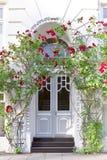 Rose rosse della casa urbana della porta di entrata Fotografia Stock