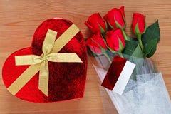 Rose rosse e cioccolato Fotografie Stock