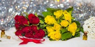 Rose rosse e gialle con l'arco Fotografie Stock Libere da Diritti