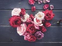 Rose rosse e rosa nella forma del cuore Fotografie Stock