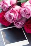 Rose rosse e rosa sulla tavola Immagine Stock Libera da Diritti
