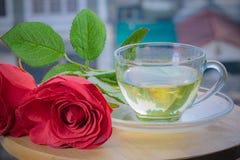 Rose rosse e tè aromatico nel pomeriggio per rinfrescare i vostri occhi Fotografia Stock Libera da Diritti