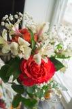 Rose rosse ed Alstroemeria bianco Fotografie Stock Libere da Diritti