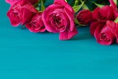 Rose rosse su fondo di legno blu Fondo di giorno di biglietti di S. Valentino con le rose rosse Priorità bassa di cerimonia nuzia Immagini Stock
