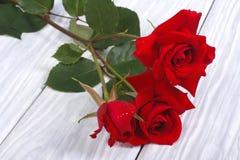 Rose rosse su una tavola di legno Fotografia Stock Libera da Diritti