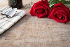 Rose rosse sul tavolo da pranzo San Valentino, anniversario ecc fotografie stock