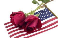 Rose rosse sulla bandiera americana Fotografia Stock