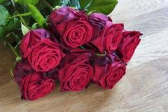 Rose rosse sulla tavola immagini stock libere da diritti
