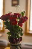 Rose rosse in un cestino fotografia stock libera da diritti