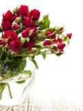 Rose rosse in vaso Fotografie Stock Libere da Diritti