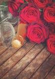 rose rosso scuro con il collo di champagne Immagine Stock Libera da Diritti