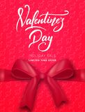 Rose rouge Affiche en vente du ` s de Valentine, promo etc. Arc en soie réaliste avec le lettrage de ruban et de manuscrit Photographie stock libre de droits