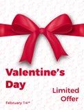 Rose rouge Affiche en vente du ` s de Valentine, promo etc. Arc en soie réaliste avec le ruban et la typographie à la mode Images libres de droits