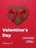 Rose rouge Affiche en vente du ` s de Valentine, promo etc. Coeur de chocolat avec le ruban en soie d'arc et la typographie à la  Images stock