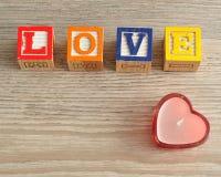 Rose rouge Amour écrit avec les blocs colorés d'alphabet Images stock