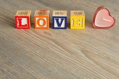 Rose rouge Amour écrit avec les blocs colorés d'alphabet Image libre de droits