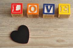 Rose rouge Amour écrit avec les blocs colorés d'alphabet Photos stock