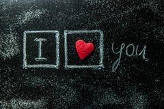 Rose rouge Carte de voeux de jour de Valentines Coeur sur un fond en bois Coeur de l'amour Carte de voeux de mariage Photographie stock