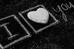 Rose rouge Carte de voeux de jour de Valentines Coeur sur un fond en bois Coeur de l'amour Carte de voeux de mariage Image libre de droits