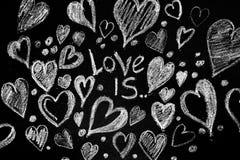Rose rouge Carte de voeux de jour de Valentines Coeur sur un fond en bois Coeur de l'amour Carte de voeux de mariage Photos libres de droits