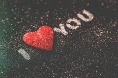 Rose rouge Carte de voeux de jour de Valentines Coeur sur un fond en bois Coeur de l'amour Carte de voeux de mariage Images stock