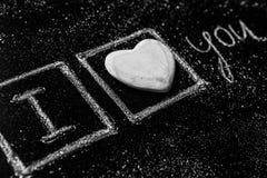 Rose rouge Carte de voeux de jour de Valentines Coeur sur un fond en bois Coeur de l'amour Carte de voeux de mariage Images libres de droits