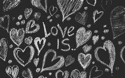 Rose rouge Carte de voeux de jour de Valentines Coeur sur un fond en bois Coeur de l'amour Carte de voeux de mariage Photos stock