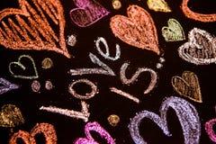 Rose rouge Carte de voeux de jour de Valentines Coeur sur un fond en bois Coeur de l'amour Carte de voeux de mariage Photo stock
