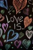 Rose rouge Carte de voeux de jour de Valentines Coeur sur un fond en bois Coeur de l'amour Carte de voeux de mariage Photographie stock libre de droits