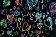 Rose rouge Carte de voeux de jour de Valentines Coeur sur un fond en bois Coeur de l'amour Carte de voeux de mariage Image stock