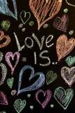 Rose rouge Carte de voeux de jour de Valentines Coeur sur un fond en bois Coeur de l'amour Carte de voeux de mariage Photo libre de droits