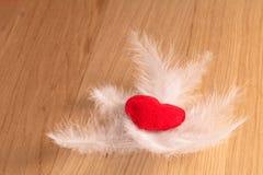 Rose rouge Coeur fait main sur le fond en bois Images libres de droits