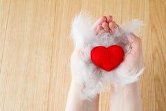 Rose rouge Coeur fait main sur le fond en bois Photographie stock libre de droits