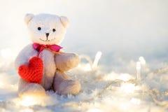 Rose rouge coeurs rouges Teddy Bears dans l'étreinte, étreignant han Image stock