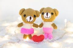 Rose rouge coeurs rouges Teddy Bears dans l'étreinte, étreignant han Photos stock