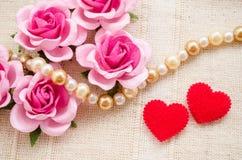 Rose rouge de coeur et de rose sur le fond de tissu Image libre de droits