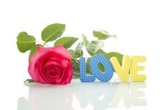 Rose rouge et le texte de l'AMOUR Image stock