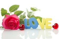 Rose rouge et le texte de l'AMOUR Images libres de droits