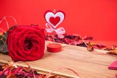 Rose rouge et support de note Photos stock