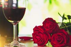 Rose rouge et verre de vin lumineux pour le jour du ` s de Valentine Images stock